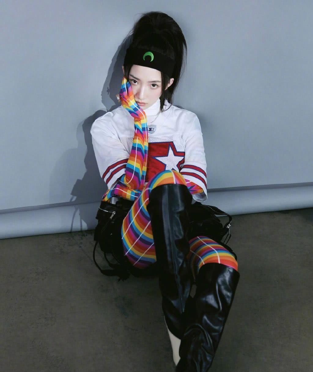 孟美岐真敢穿,七彩条纹秋裤配9千9的高筒靴,让人一眼就看到她