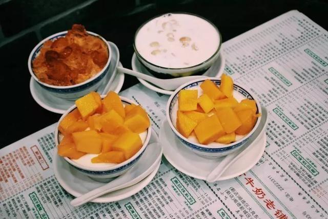 甜却不腻,奶皮厚重粘牙却不失韧性,酸甜的芒果配上奶香浓厚的双皮奶