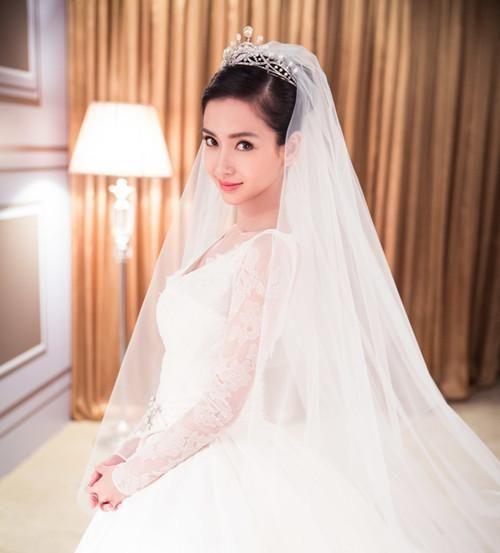 而杨颖穿的婚纱价格不菲,而且真的是一个漂亮的公主了.