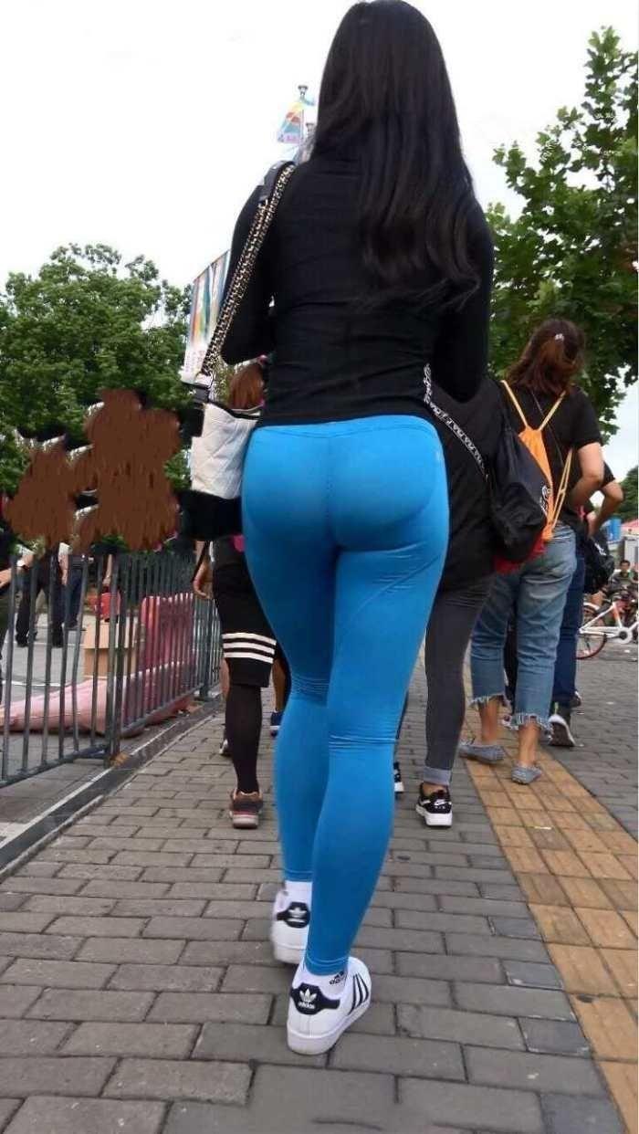 时尚小姐姐紧身裤撑的刚刚好, 尽显凹凸有致好身材让人羡慕图片