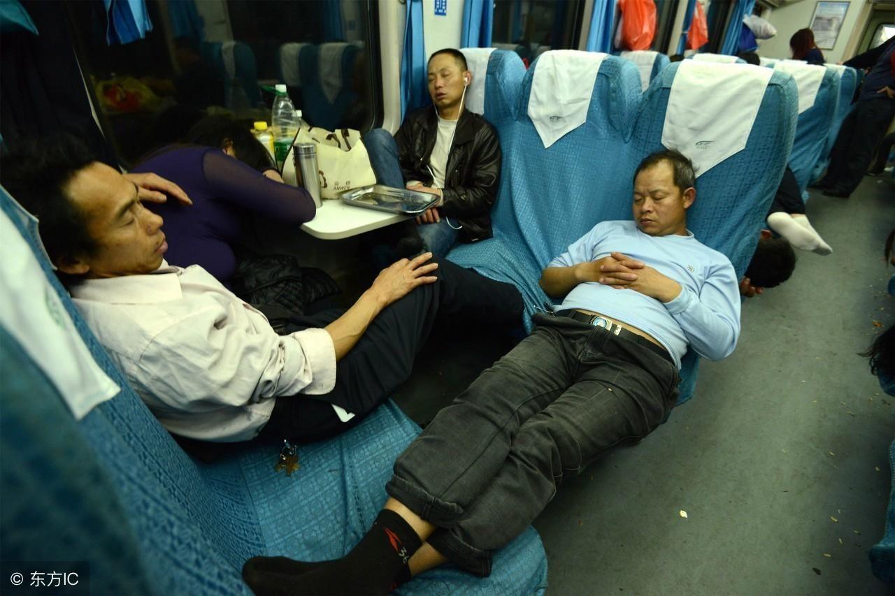 农民工春运火车硬座上的销魂睡姿,背后是心酸与无奈
