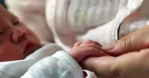 娃出生第一年不亲自带,这位妈妈追悔莫及,母爱如何弥补都像山寨
