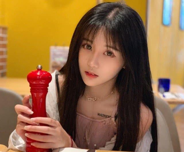 杨清柠日常晒美照,当看清她正脸时,网友:头发挡的真好