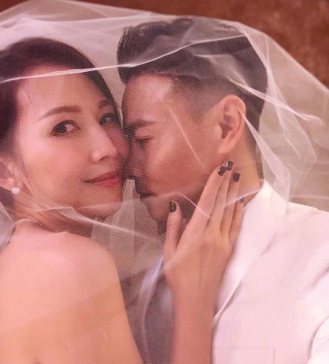蔡少芬张晋结婚十周年,再穿婚纱与女儿一起拍照,幸福满满