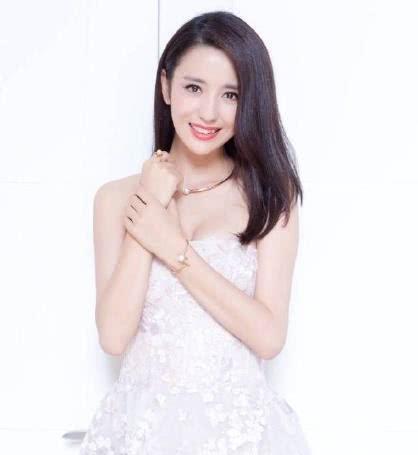 佟丽娅初秋打扮亮相惹眼,网友表示:来人,给丫丫换条裤子