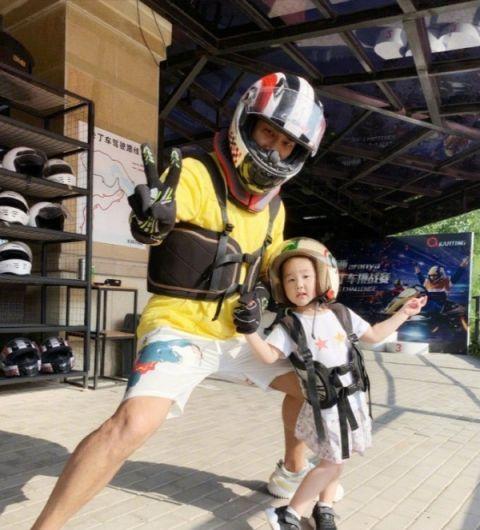赵文卓张丹露一家四口出游,妻子黑短袖气质减龄,39岁不像二孩妈