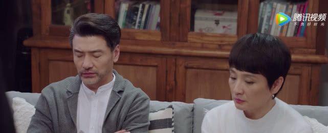 韩商言佟年客厅亲密,却遭佟爸打扰,两人下意识的动作引网友爆笑