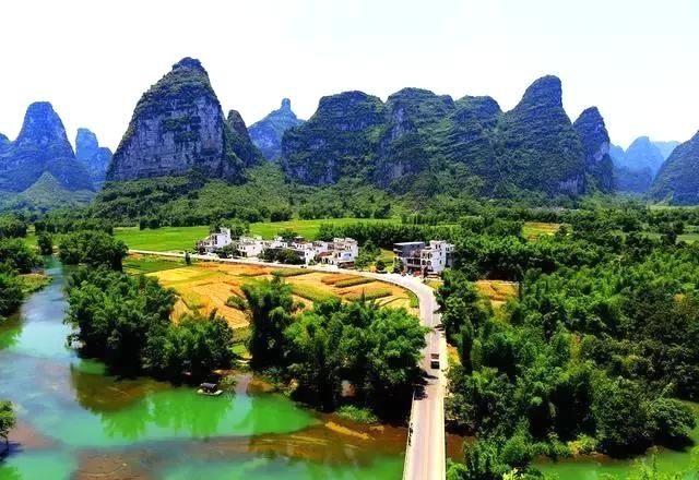 龙虎山,龙虎山景区是中国四大猴山之一,以龙虎猴趣取胜,融原始生态