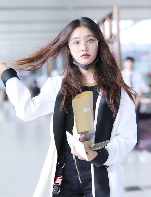 林允机场上演换装秀,耐心给粉丝签名,时而秀美腿时而摆造型!