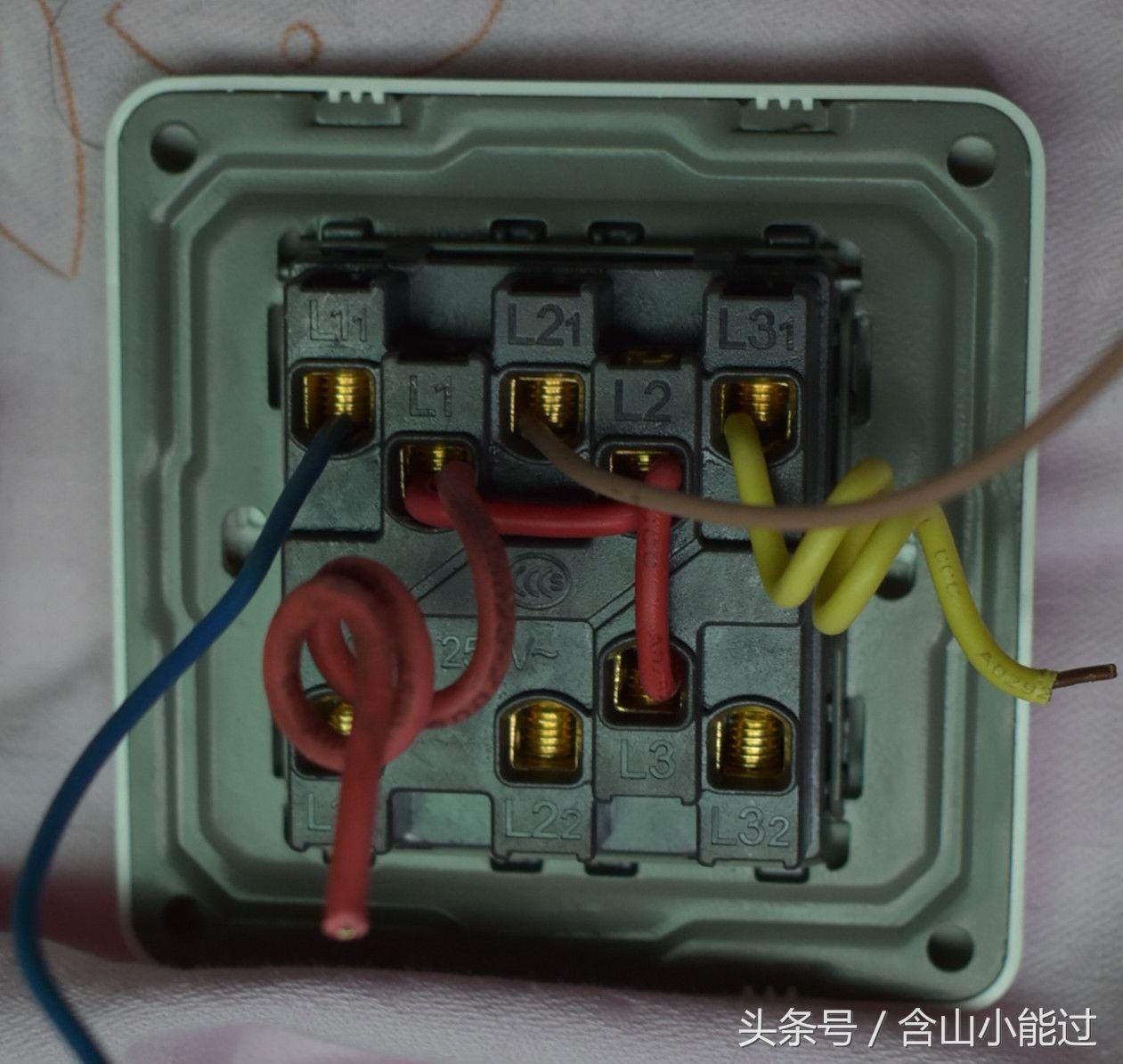 此图接线为三开双控面板当三开单控用,l1丶l2,l3跳线接火线,l11,l21