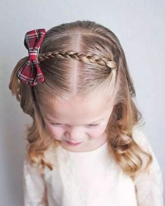 六一儿童节快要到了,给小宝贝们来扎个漂亮的小辫子吧!今天要分享一些简单大方,平时上学也可以给孩子扎的发型--第一部分就从最常见的单辫开始吧! 单辫:彩色橡皮筋 + 蝴蝶结 第一步,把头发划出等分,分出来的头发编辫子,然后再扎在一起,就这样三步,但有许多花样可以变化--这样进行的好处是孩子额头前的碎头发都可以梳理整齐,不至于散乱。搭配一条彩带或者蝴蝶结,就完成一个精致整齐的发型。 1、最简单的两个分区,但是把一边的分区编辫子以后和另一边的扎在一起你想到了吗?