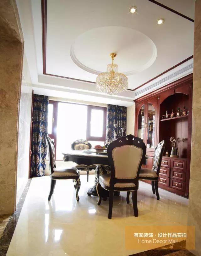 客餐厅胡桃木实木线条与地面石材水刀拼花相互呼应,精益求精的细节图片