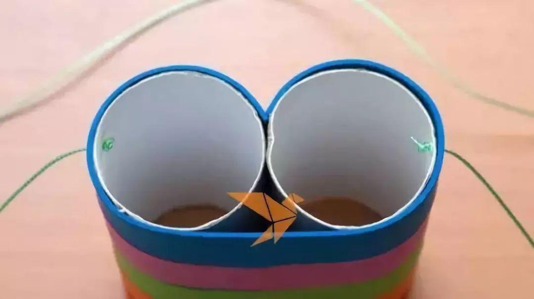 本文导读 家里的各种用完的东西都可以废物利用起来制作更有价值的东西,像是各种瓶瓶罐罐就可以来制作笔筒之类的手工,卫生纸筒是使用率非常高的一种手工制作材料了,我们下面就用卫生纸筒来制作儿童玩具,这样的彩虹望远镜是不是很漂亮呢? 小莉老师带你和孩子一起,唱儿歌、做手工。每天30分钟,既体验了语言的魅力,又增加了与孩子之间的交流,快一起来吧。 作者 丨小莉老师 本文由《幼儿园手工》编辑,转载须注明来源! 先来一首趣味儿歌 我们先听一首儿歌,和宝宝一起来唱。 纸筒迷彩望远镜 想看到很远很远的地方吗?做个望远镜吧