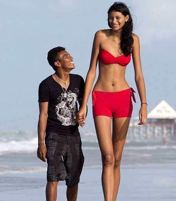实拍:一个身高2.2米女人和一个1.5米男人真实生活百态!