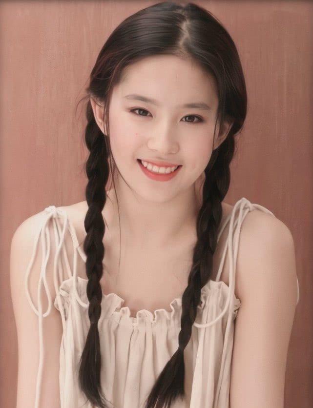 <b>刘亦菲18岁写真被曝光,看到她的麻花辫,网友:我心动了</b>