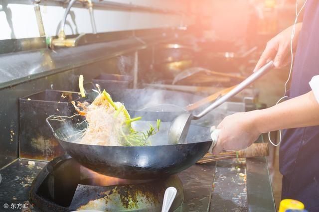 """现在年轻厨师都在使用""""双耳炒锅""""炒菜,部分北方厨师还是习惯用大勺图片"""