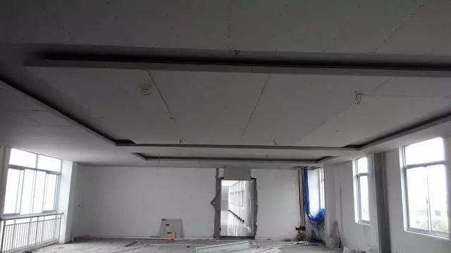 施工是家里装修比较重要的一个过程,为了好看,我还特地让师傅用石膏板