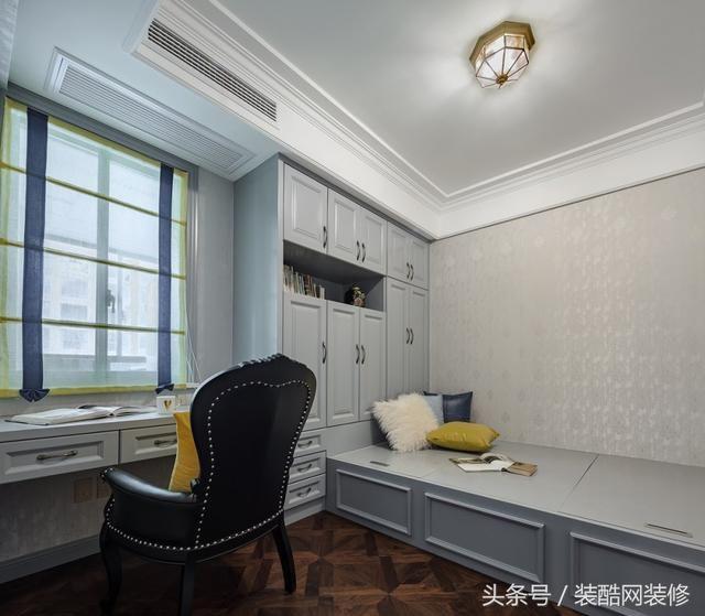 书房兼客房,榻榻米设计储物休闲兼备,靠窗与储物柜整体衔接更自然.