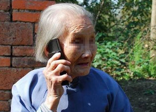 老母亲80大寿,嘴巧儿子大红包,老实儿子小红包,回家拆开,傻了