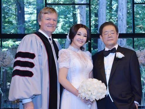 刘晓庆美国结婚_2013年8月在美国旧金山,王晓玉举行了浪漫而又温馨的结婚仪式将刘晓庆