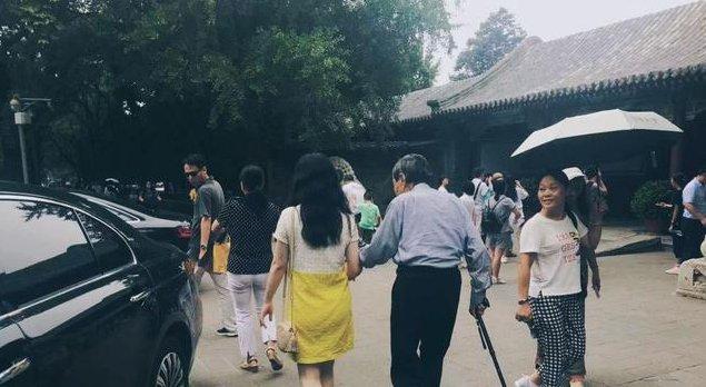 96岁杨振宁和翁帆现清华校园,身体健康步履稳健和小朋友开心合照