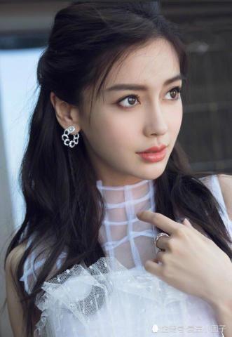 唐嫣,杨颖出席活动,同为公主风装扮,差距不是一般的大
