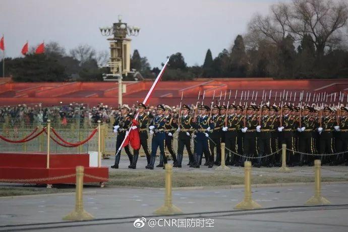 天安门的五星红旗由解放军仪仗队升起!