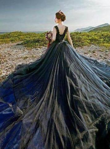 天蝎座专属黑色婚纱,透着淡淡的蓝色,非常神秘.