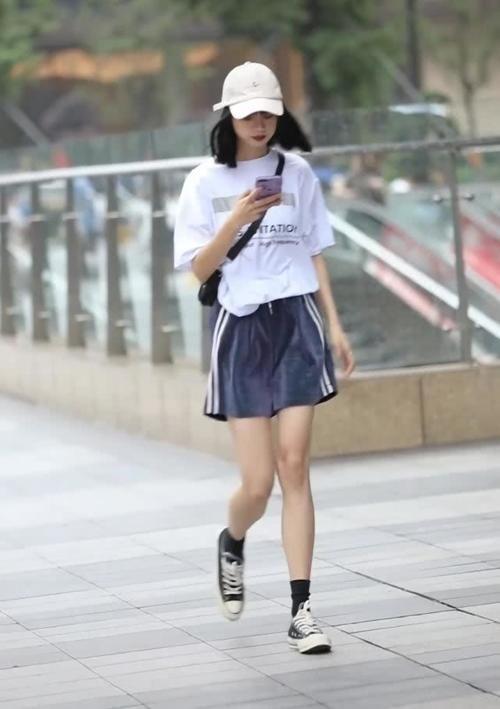 小姐姐身上穿了一件白色的短袖,小姐姐的大长腿插图
