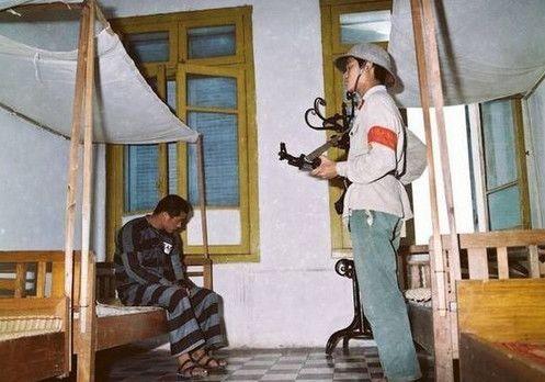 越南战争中:越南女兵是这样看守俘虏的,根本没有机会逃跑!