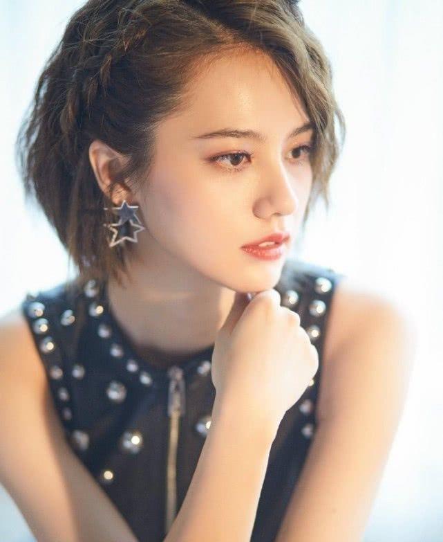 """姜珮瑶挑战卷发,看到她搭配的""""铆钉裙"""",这是我认识的亚亚?"""