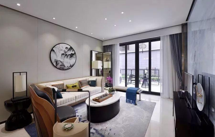 窗帘安装基本上来说就是属于装修的末尾了,但是我们也需要提前选好款式和风格,才能和客厅、卧室完美搭配起来。齐家小菜今天主要推送一些中式、欧式、美式的客厅搭配怎样的窗帘的案例,希望能对大家装修自己的家,有所帮助,一起来了解一下吧。  现在比较流行的新中式风格,以黑白色为主,搭配蓝色的窗帘和白色的纱帘,会让人感觉是在简约的空间中,多出了小清新的感觉,非常不错。