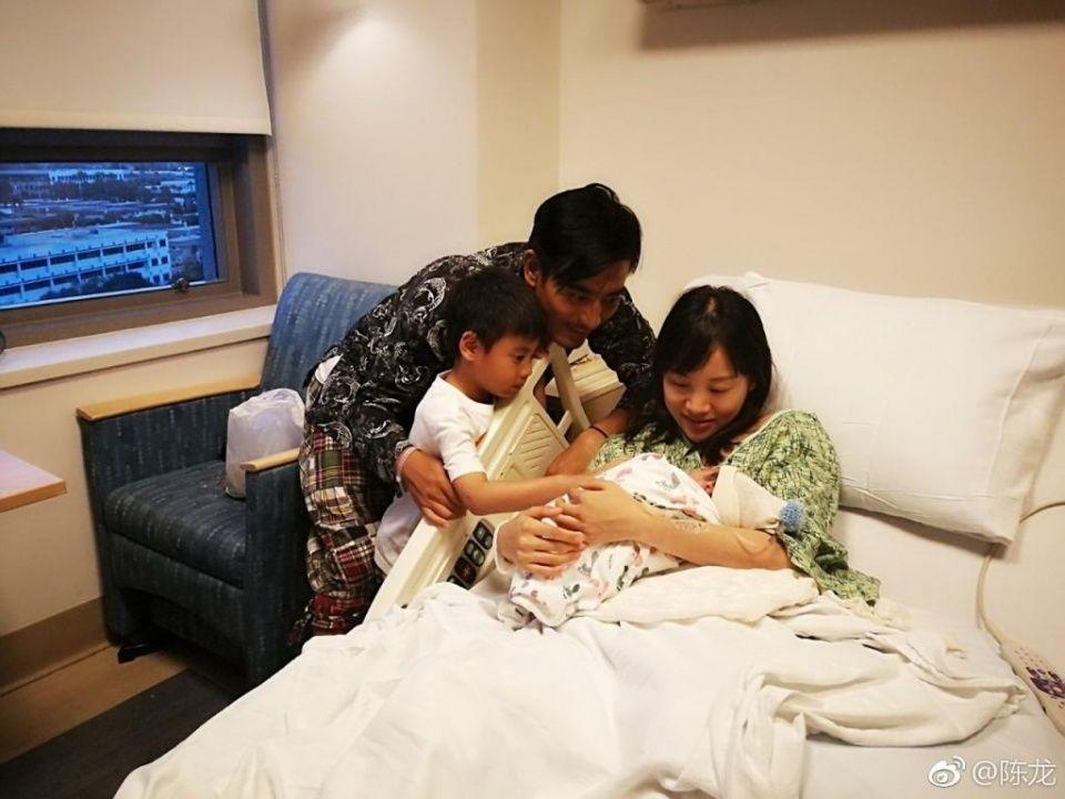 41岁陈龙全家生活照曝光,俩儿子好可爱,《猎场》中把老婆交给胡歌