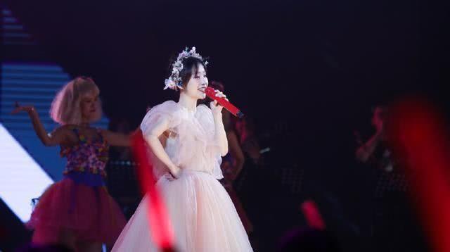 冯提莫在韩国被围得水泄不通,人气歌手邻国,PDD都以她为骄傲