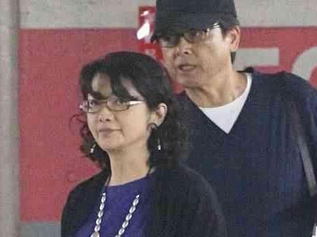 59岁山口百惠一家近照 三浦友和她都老了,两个儿子颜值很高图片