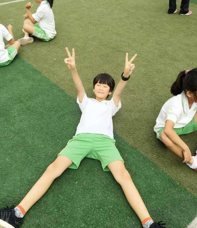 陆毅晒女儿贝儿的照片,网友直呼:长腿亮了!
