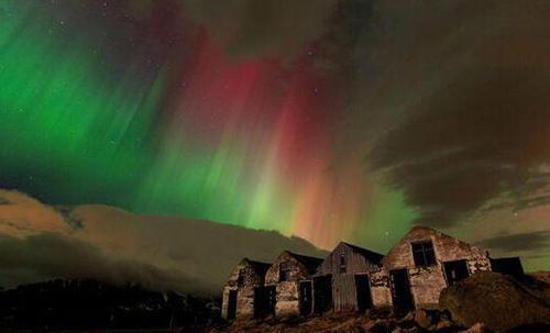 冰岛摄影师拍到罕见极光影像 酷似耶稣像