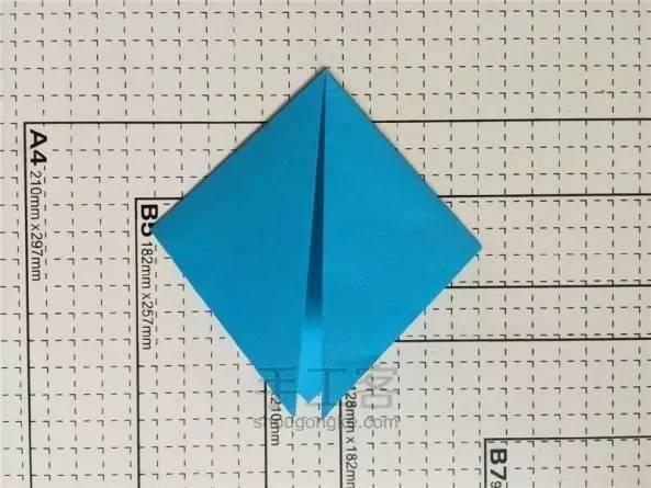 准备材料:纸巾筒1个 彩色纸 白胶,剪刀 制作步骤