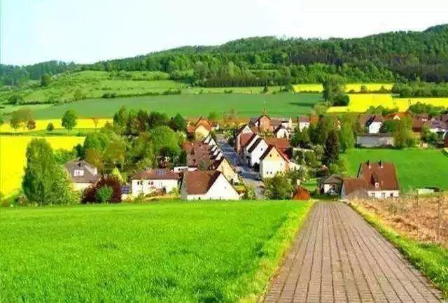 而乡村旅游主要是依靠乡村的农业产业,景观,民俗文化等资源而开展的图片