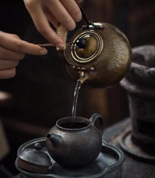 闲观叶落地,静坐一杯茶