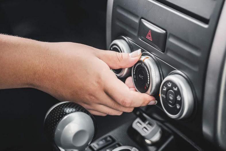 汽车内循环是针对汽车内部循环的流通,可以很快降低车内温度,保证车内