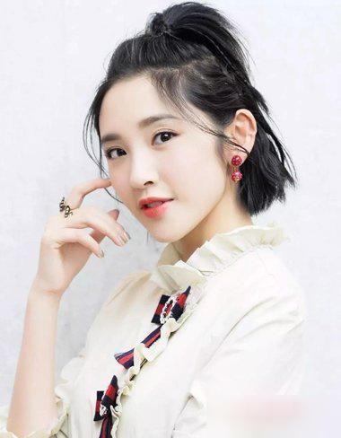 时尚 正文  阚清子的这款短发半扎发是2017年比较流行的哪吒扎发造型