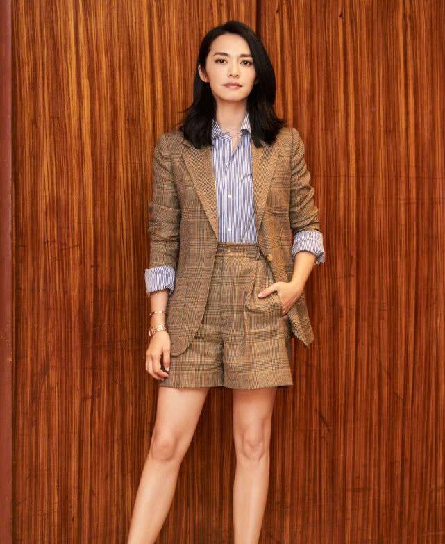 <b>姚晨打扮挺时髦,40岁气质还这么好,穿V领连衣裙不扮嫩也很美</b>