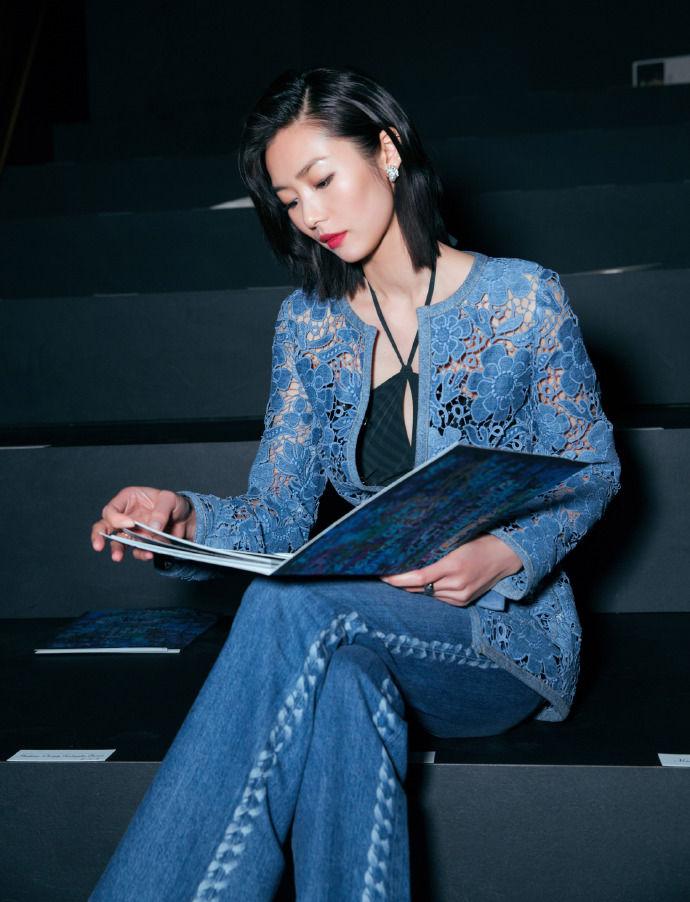 刘雯chanel2019春夏系列镂空雕花外套搭配牛仔裤,街头