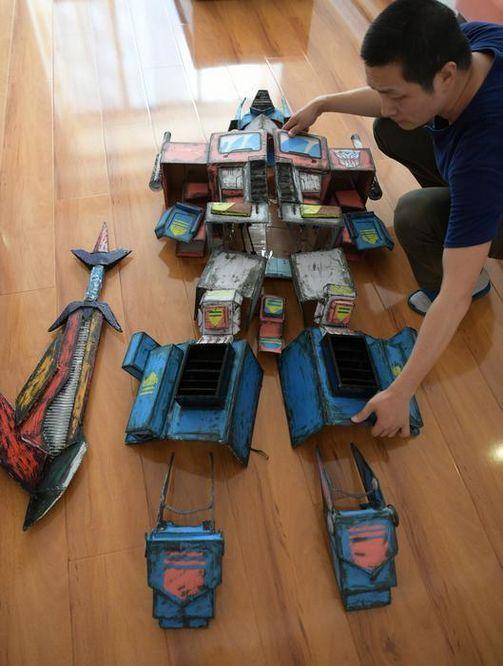 """纸箱,50根热熔胶,自己画图纸,量身定制为儿子打造了一套""""变形金刚"""""""