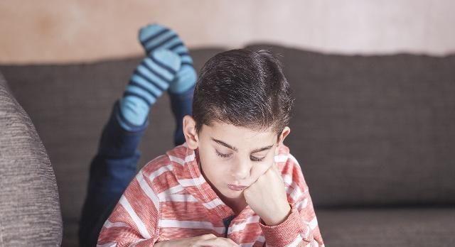 """给孩子手机只为让他""""安静一会儿""""?其实却让他更""""离不开人"""""""