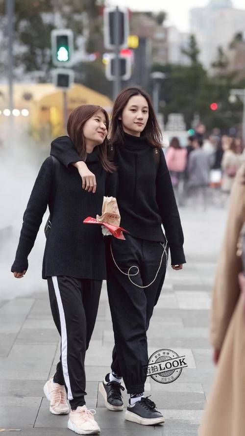 街拍:冬季穿搭想要穿的时髦出众,单品服装间的色调组合很重要!