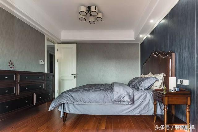 150美式,客厅深蓝色的皮沙发,好高档图片