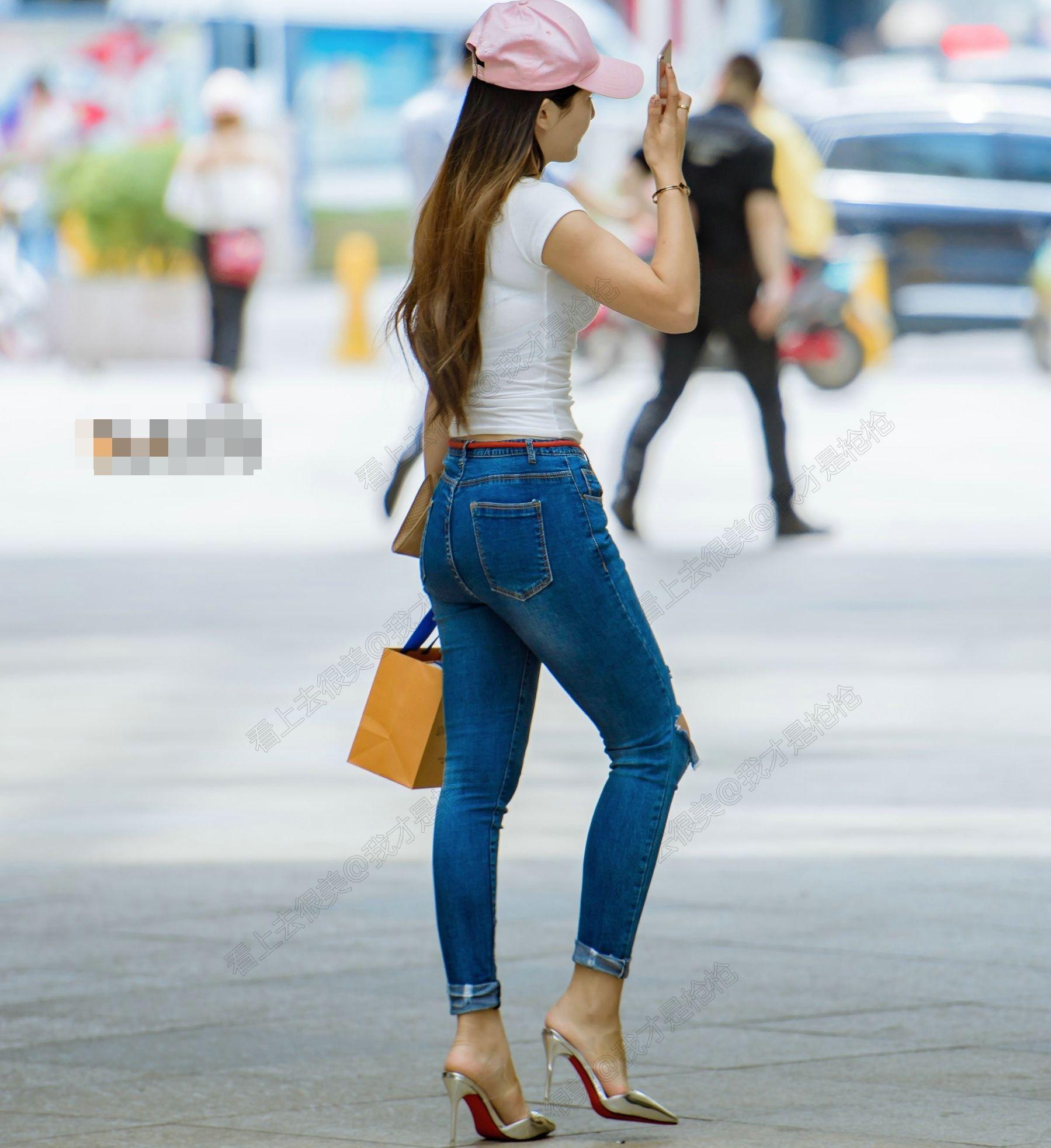 街拍:背影牛仔裤组图,高跟鞋上美女a背影,过程曲线紧身衣服性感美女换图片