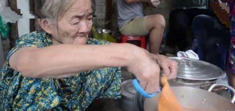 """9旬老人卖""""稀罕""""美食,15元1碗,每天限量,数量只比年纪多一份"""
